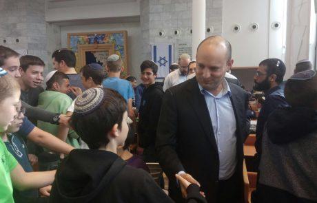 """בנט ביקר את תלמידיו של הרב איתמר בן גל ז""""ל: """"הנחישות שלנו תנצח"""""""